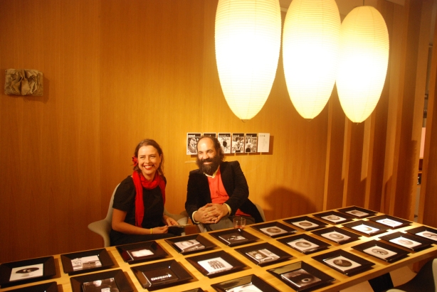 Jacobo Gavira y Yanet Acosta sentados a la mesa con enCrudo en la exposición Diseño y Gastronomía en Vitra