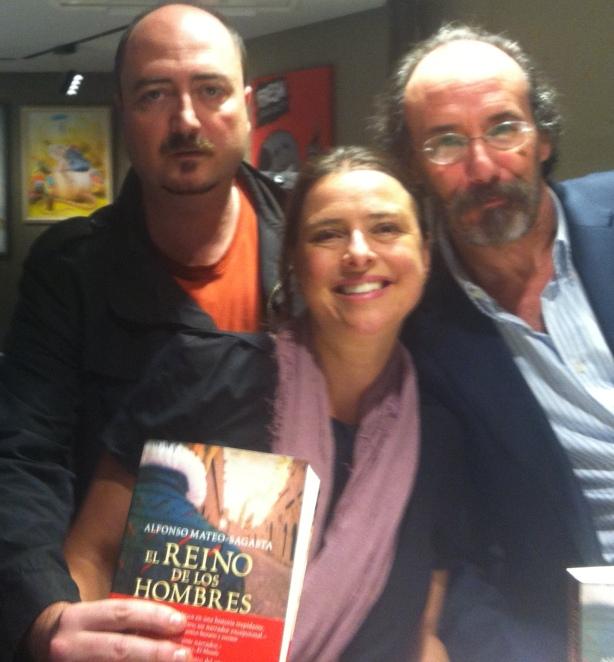 Yanet Acosta con el músico Luis Antonio Muñoz (izqda) y el escritor Alfonso Mateo-Sagasta