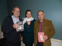 Yanet Acosta entre dos lectores de Garachico entre El Chef ha muerto y Noches sin sexo.