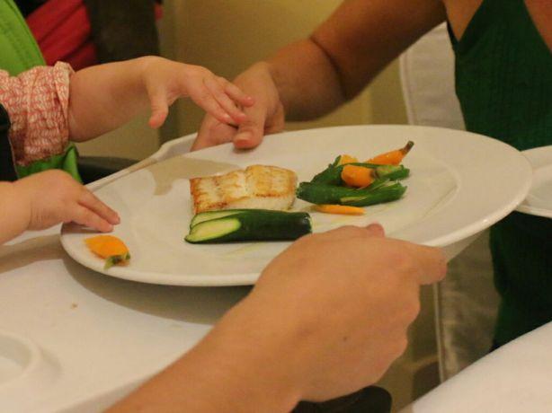 Merluza con verduras para Lúa. Hotel Palace.